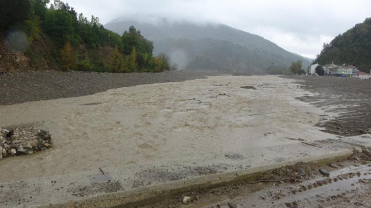 Yağışlar Karadeniz'i yine vurdu; yollar çöktü, elektrik direkleri devrildi