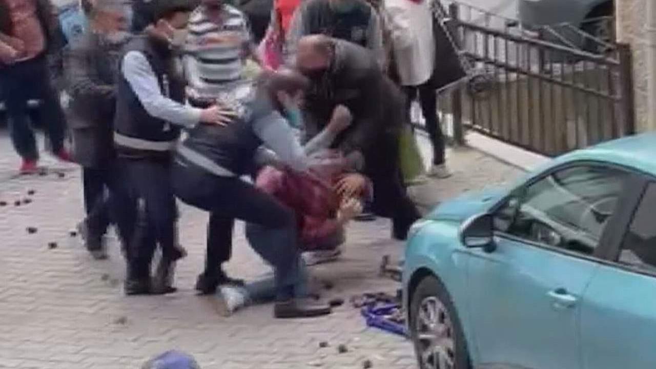 Zabıtadan seyyar satıcıya yumruklu saldırı