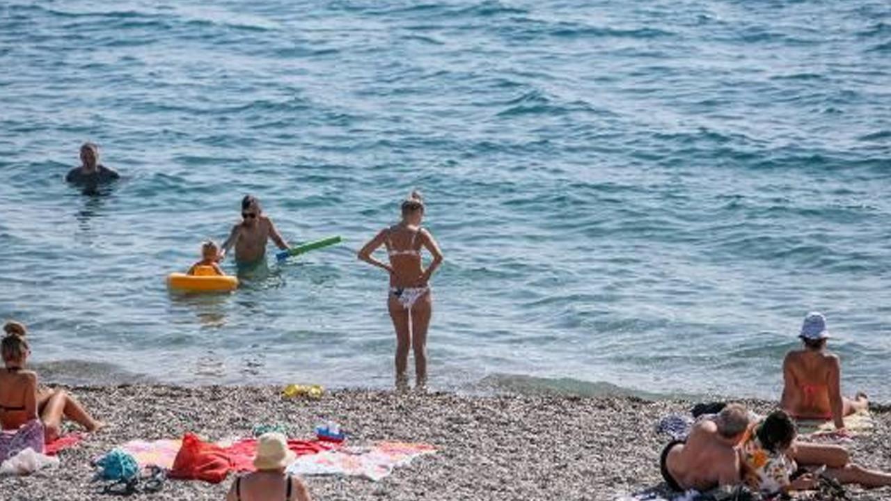 Antalya sahillerinde yaz manzarası: Sıcaklık 30 dereceyi gördü
