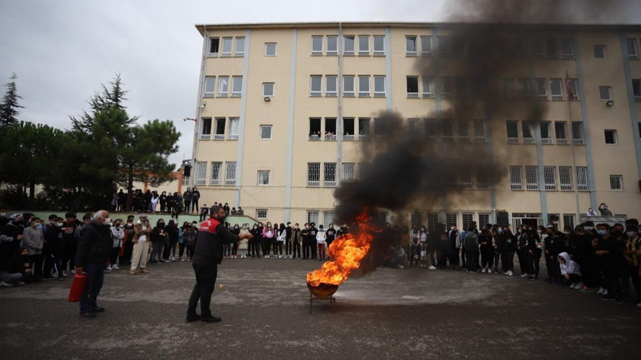 Kartal Belediyesi'nden Öğrencilere Yangın Söndürme Eğitimi ve Tatbikatı