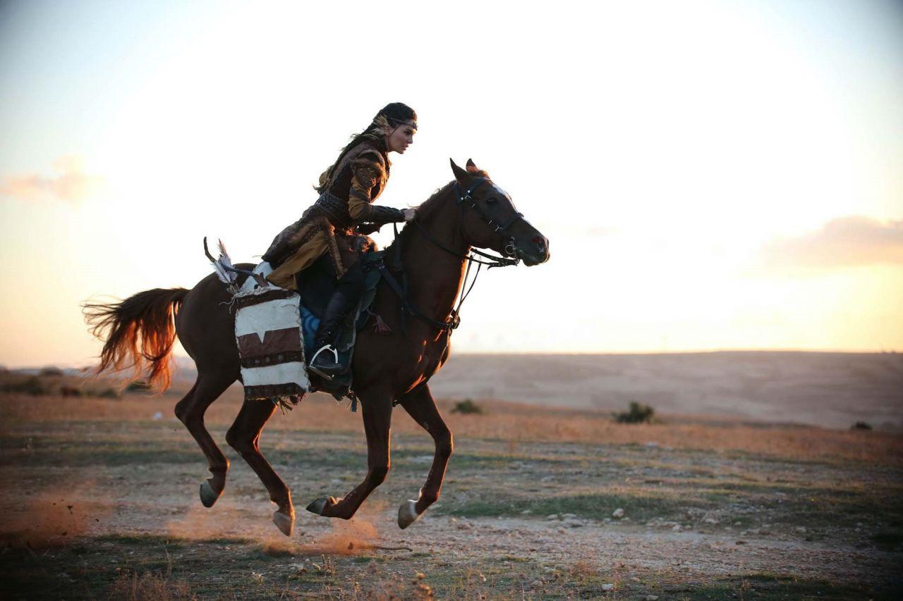 Ebru Şahin sezonun en iddialı dizisiyle ekranlara geri dönüyor - Resim: 2