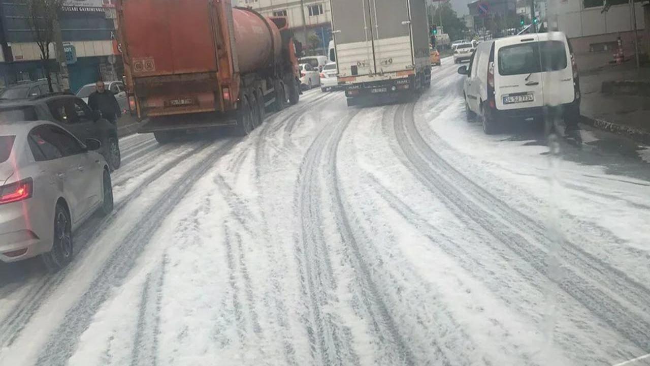 İstanbul'da yağmur sonrası korkutan görüntü! Yollar böyle köpürdü