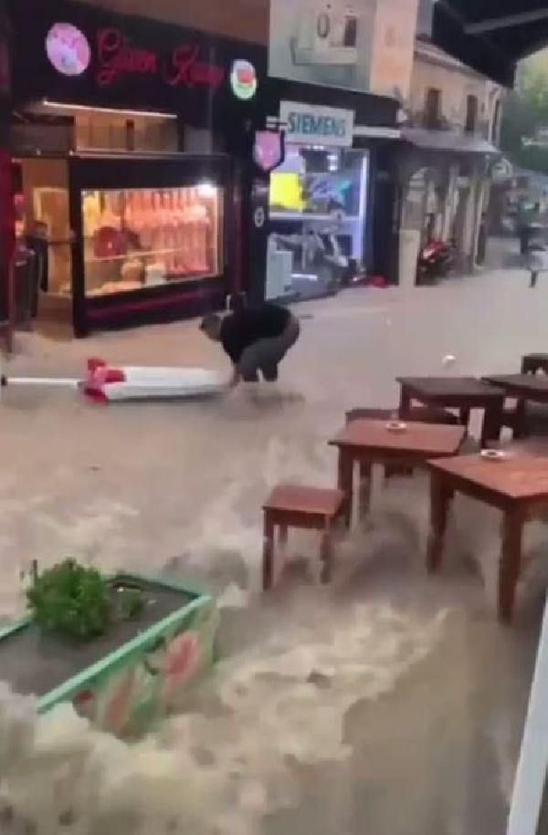 İzmir sağanak yağışa teslim! Ev ve iş yerlerini su bastı