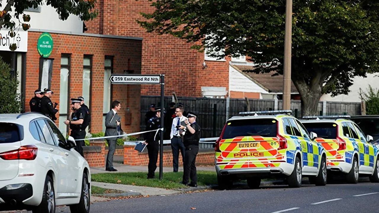Bıçaklı saldırıya uğrayan İngiliz vekil hayatını kaybetti