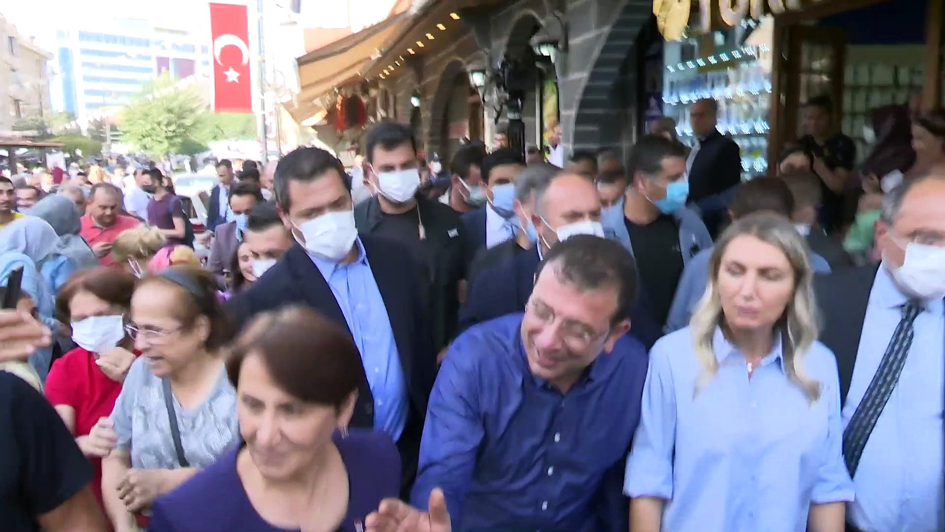 Ekrem İmamoğlu'na Diyarbakır'da coşkulu karşılama