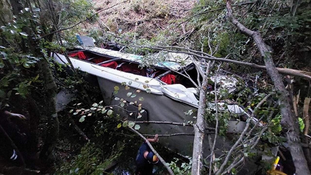 Yolcu otobüsü şarampole yuvarlandı; ölü ve yaralılar var