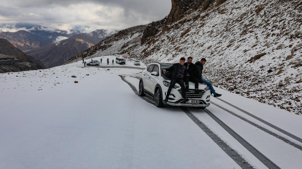 Kar yağdı, yollar kapandı, vatandaş çareyi kendi buldu