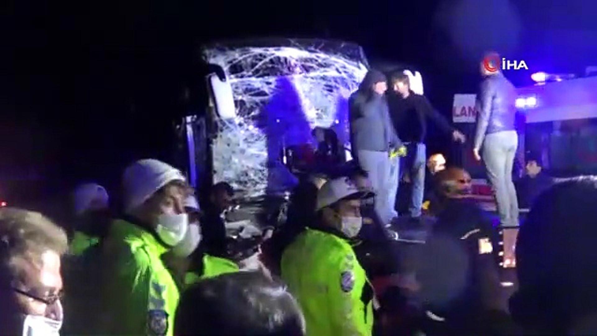 Yolcu otobüsü TIR'a çarptı: 11 yaralı