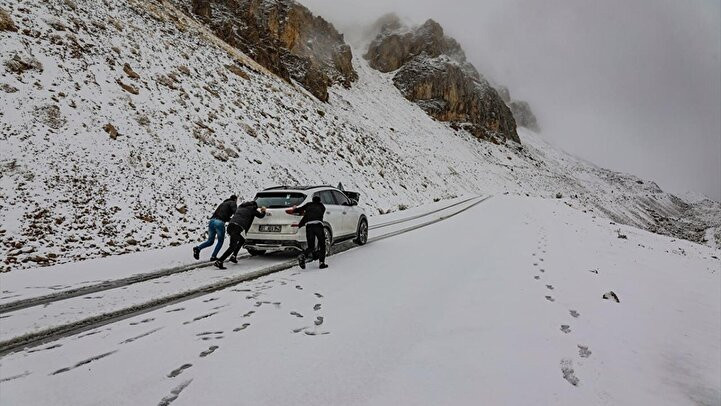 Görüntüler Türkiye'den! Kar yağışı bastırdı, sürücüler yolda kaldı