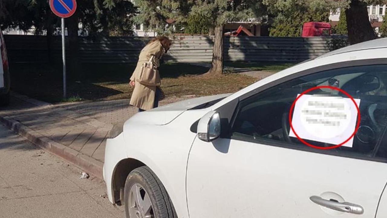 Kaldırıma park eden aracın camına astığı not şaşırttı
