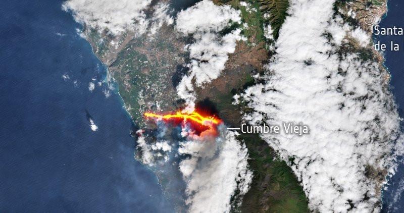 Faaliyete geçen yanardağ uzaydan böyle görüntülendi