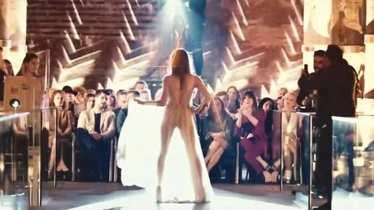 Transparan elbise giyen güzel oyuncu ışığın azizliğine uğradı