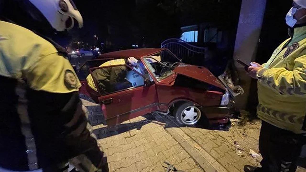 Kaza yapan otomobilden kaldırım taşı çıktı