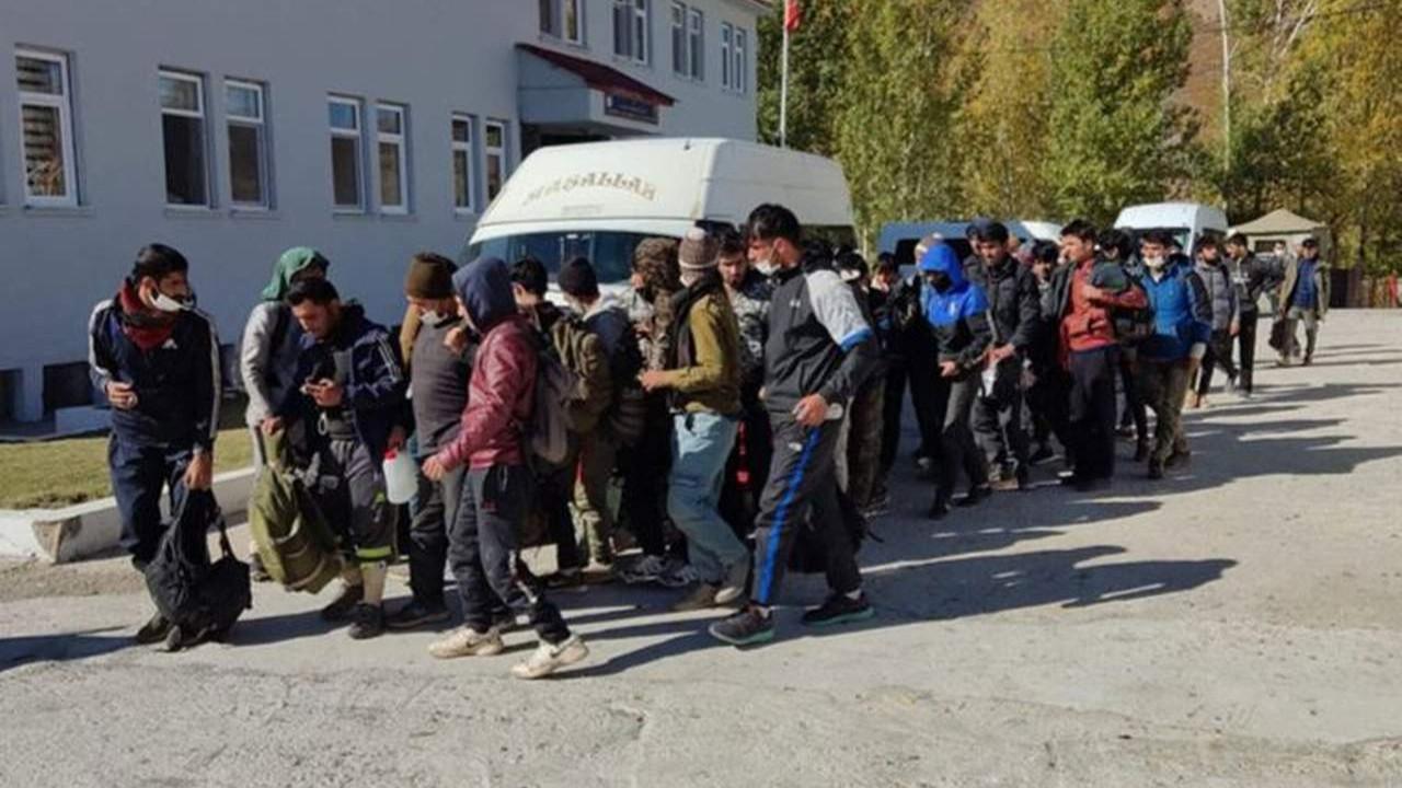 Minibüsten tam 48 kaçak Afgan yakalandı