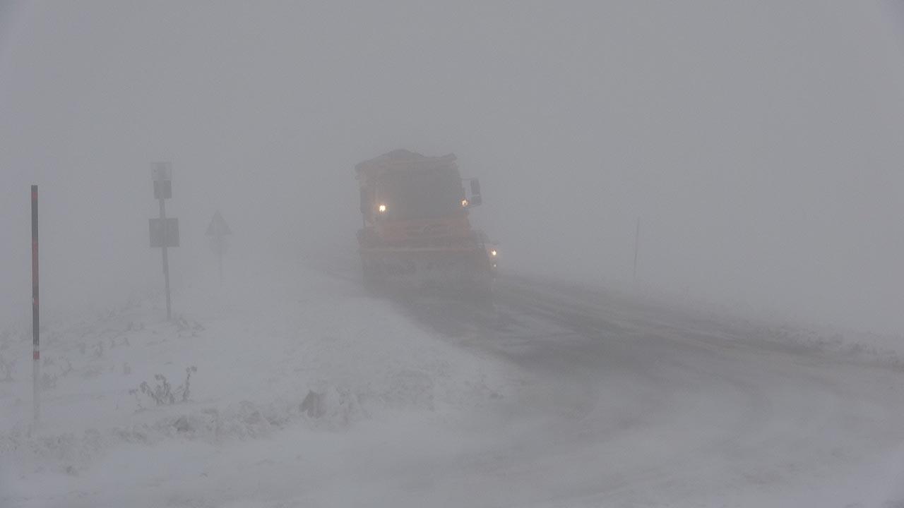 Kar ve tipi fena bastırdı! Sürücüler yolda kaldı