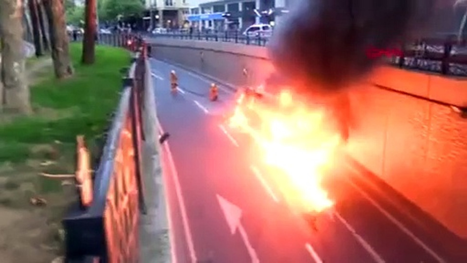 İstanbul'da korku dolu anlar! Öğrenci servisi alev alev yandı