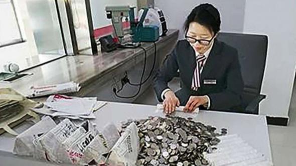 2.5 ton ağırlığında bozuk parayla bankaya girdi!