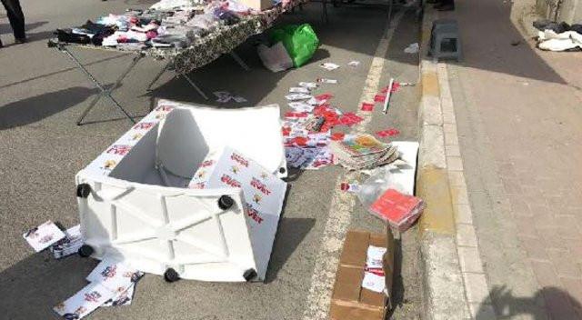 Anne-kız ''Evet'' standına saldırdı