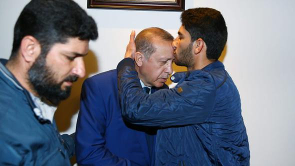 Erdoğan'ı alnından böyle öptü
