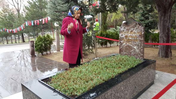 Meral Akşener Türkeş'in kabrini ziyaret etti