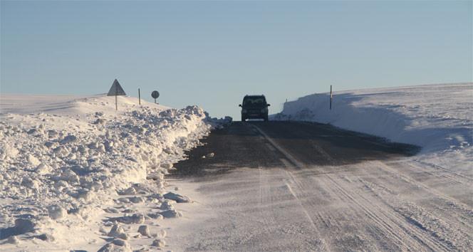 Batı'da bahar Doğu'da yollar kar yüzünden kapandı