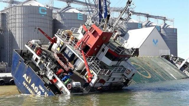 Bandırma'da gemi yan yattı ! Yaralılar var