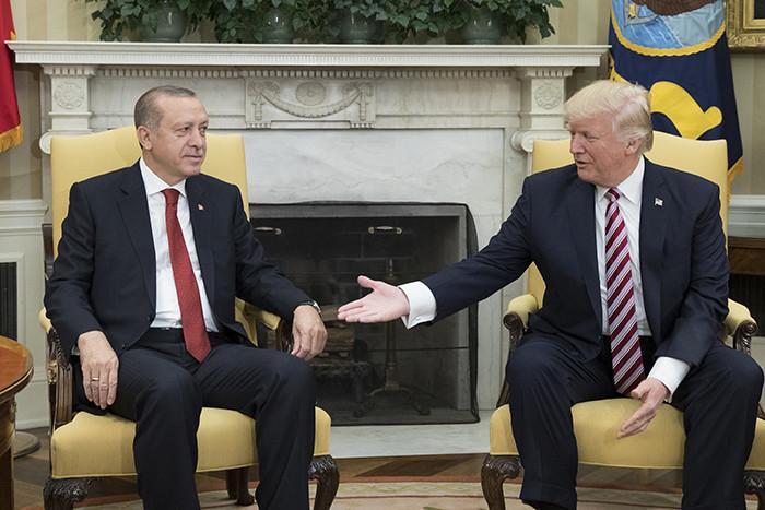 Beyaz Saray'da Türk gazetecilere su eziyeti