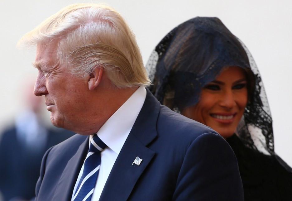 Melania Trump Suudi Arabistan'da örtmediği saçlarını Vatikan'da örttü