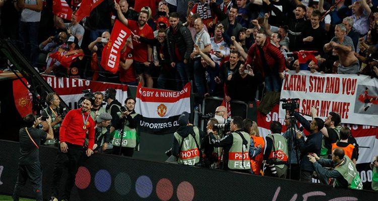 Ibrahimovic skandal pankart önünde poz verdi