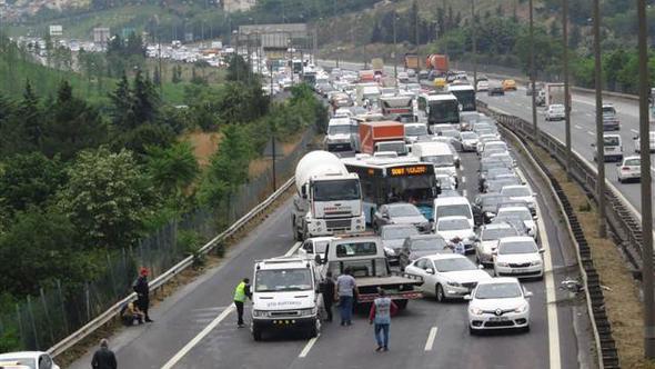 TEM'de zincirleme kaza: Trafik kilit,  yaralılar var