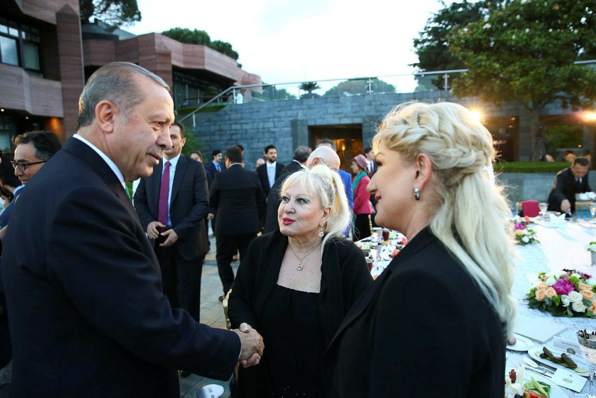 Cumhurbaşkanı Erdoğan, sanatçı ve sporculara iftar verdi