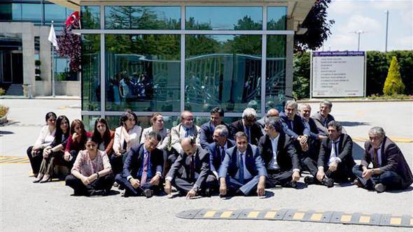 HDP'li vekillerden Anayasa Mahkemesi önünde oturma eylemi