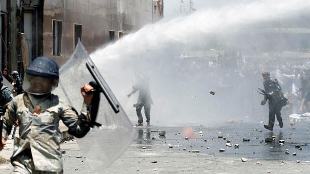 Afgan göstericilere ateş açıldı