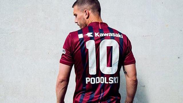 Podolski yeni formasını sırtına geçirdi
