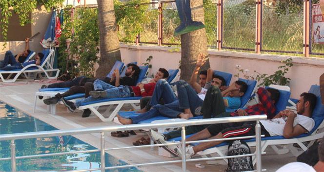 Suriyeli kaçaklar havuz başında güneşlenirken yakalandı