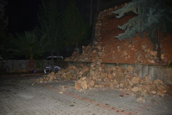 İstinat duvarı 3 aracın üzerine yıkıldı