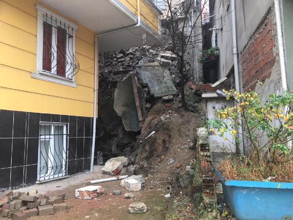 İstanbul'da hareketli dakikalar ! İstinat duvarı çöktü, binalar boşaltıldı