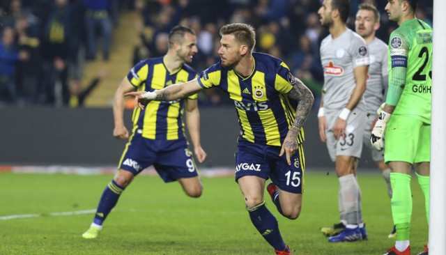 Serdar Aziz Fenerbahçe'den ayrılacağına dair haberleri yalanladı