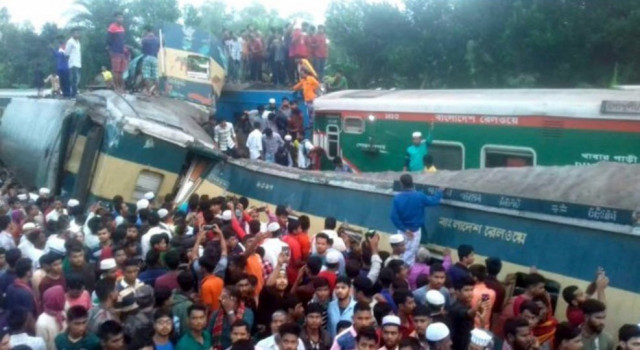İki yolcu treni çarpıştı: 16 ölü, 48 yaralı