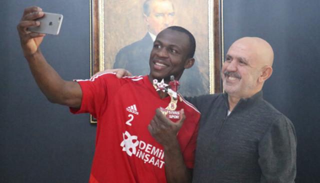 Sivasspor'un yıldızı Arouna Kone'yi mutlu eden hediye