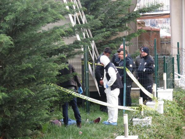 İstanbul'da dehşet ! Site bahçesinde erkek cesedi bulundu