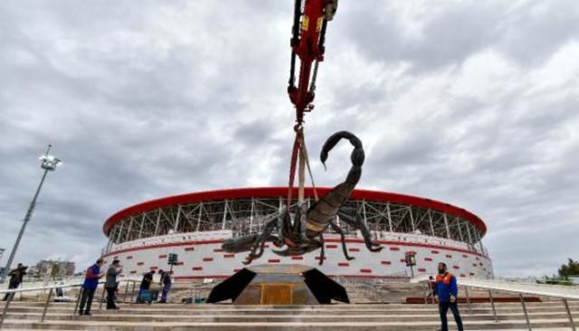 Antalyaspor'a dev akrep heykeli