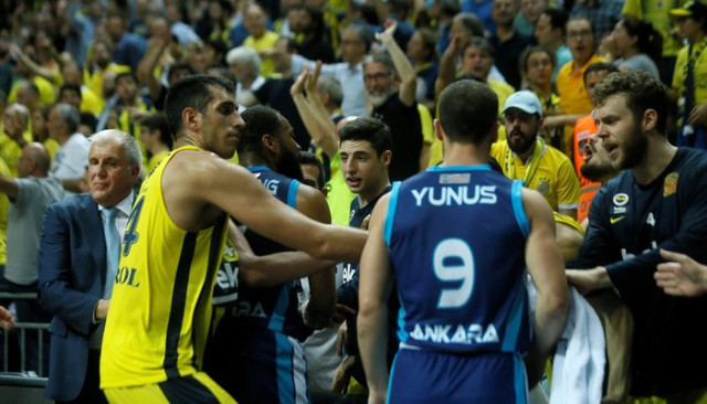 Fenerbahçe Beko - Türk Telekom maçında saha karıştı