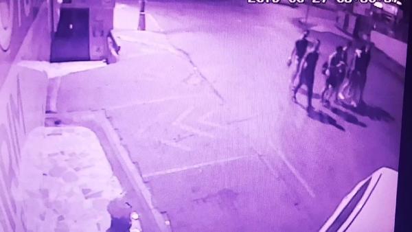 Polisten kaçan otomobilin gençlere çarpma anı kamerada
