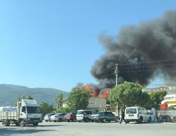 İzmir'de büyük yangın ! Dumanlar gökyüzünü kapladı