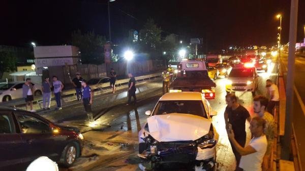 İstanbul'da peş peşe kaza ! 8 araç birbirine girdi