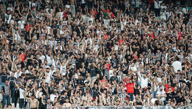 Beşiktaş taraftarı; Yönetimi, hakemi ve Jeremain Lens'i protesto etti