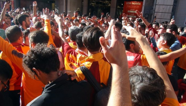 Taksim'de derbi öncesi Galatasaray taraftarından polise tezahürat