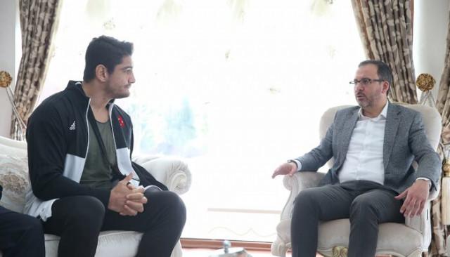 Bakan Kasapoğlu'ndan Taha Akgül'e geçmiş olsun ziyareti