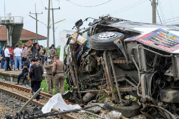 Katliam gibi kaza! Yolcu otobüsü, kargo treniyle çarpıştı